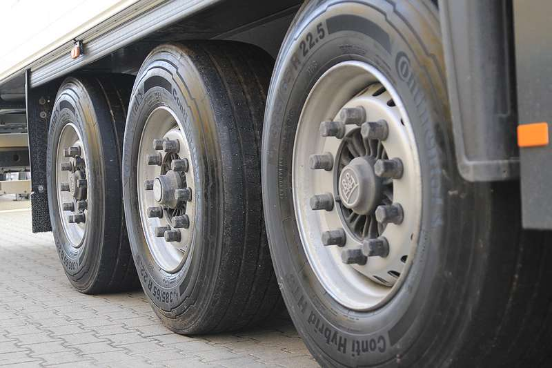 Koła przeciążonej ciężarówki
