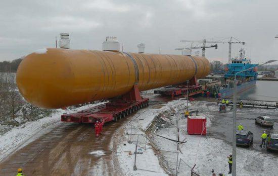 Transport gigantycznego zbiornika do zakładów w Policach