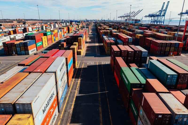 Łańcuch_dostaw_kontenery_w_porcie